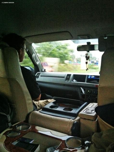 Scorci di apolide all'interno del minivan