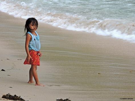 El Nido, bambina sulla spiaggia