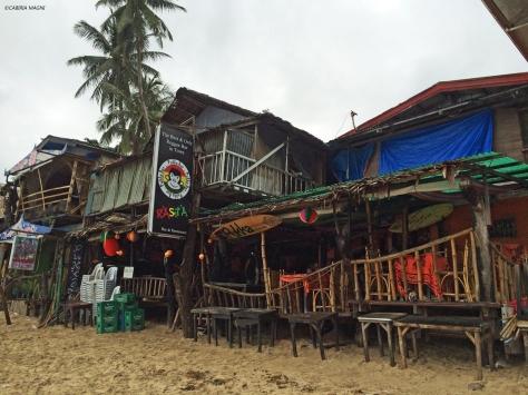 El Nido, locali sulla spiaggia. Palawan, Cabiria Magni