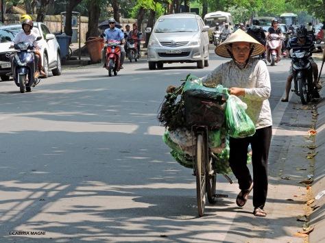 Per le strade di Hanoi. Vietnam, Cabiria Magni