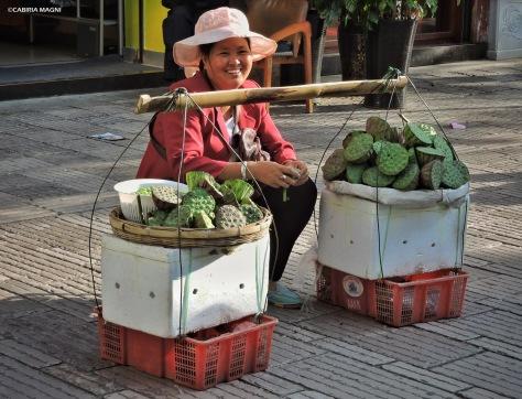 Fiori di loto in vendita - mercato di Jingxing. Cabiria Magni
