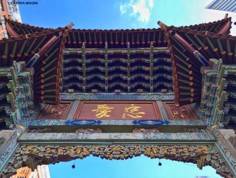 Kunming, sotto la porta di Zengyi Lu road. Cabiria Magni