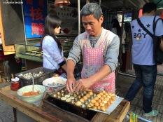 Il mercato di Jingxing, spiedini di uova. Cabiria Magni