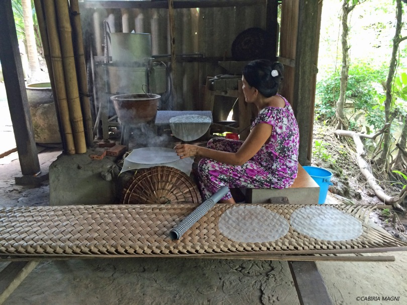 Delta del Mekong: lavorazione della carta di riso. Cabiria Magni, Vietnam
