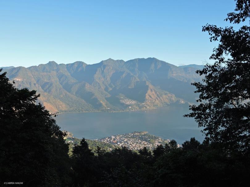 Il lago Atitlan salendo sul vulcano San Pedro. Guatemala.