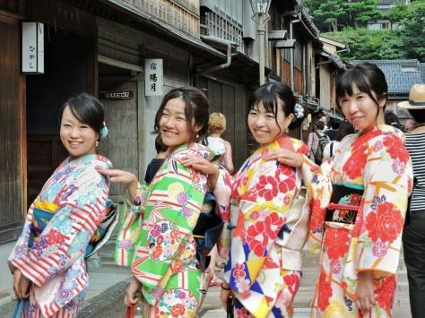 Kanazawa, ragazze con kimono . Giappone, Cabiria Magni